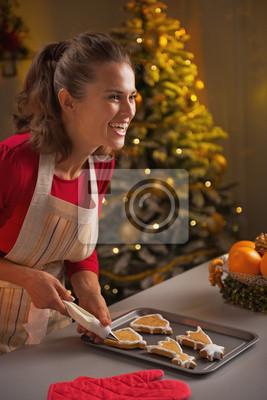 Weihnachtsplätzchen Glasur.Fototapete Lächelnde Junge Hausfrau Dekoration Weihnachtsplätzchen Mit Glasur