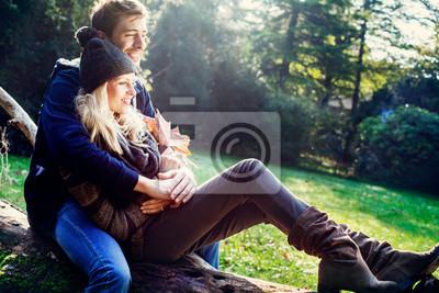 lächelnde Paar mit Herbst Hintergrund