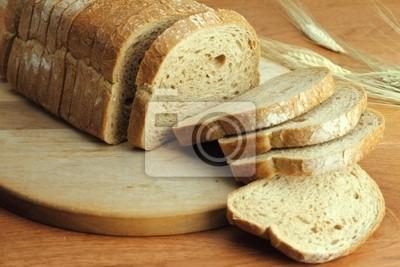 Laib frisches Brot in Scheiben geschnitten
