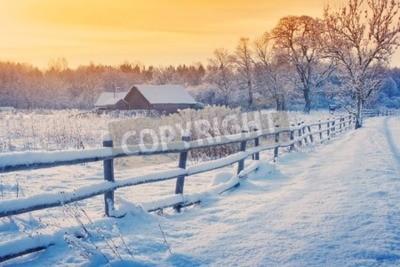 Fototapete Ländliches Haus mit einem Zaun im Winter. Dorf nach Schneefall