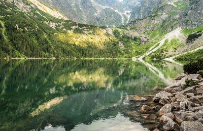 Fototapete Landschaft der Bergsee auf dem Hintergrund der felsigen Berge