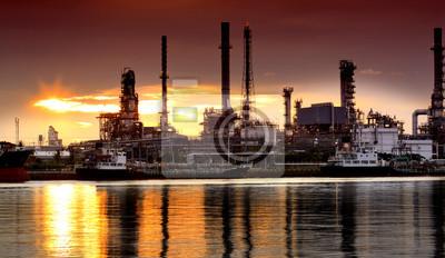 Landschaft von Fluss-und Erdölraffineriefabrik