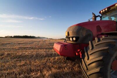 Fototapete Landwirtschaft Traktor auf einem Stoppelfeld