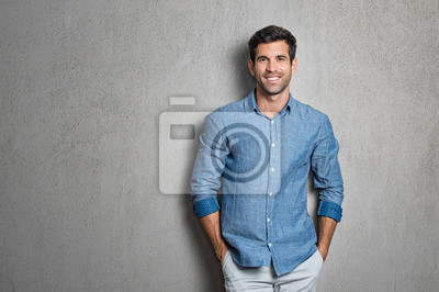 Fototapete Lateinischer Mann stehend