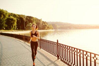 Fototapete Laufende Frau. Runner Joggen im sonnigen helles Licht. Weiblich FITN