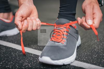 344a418f8fe9df Fototapete Laufschuhe close up. Gym indoor-Workout und Fitness gesundes  Konzept. Männliche Athletenbindung
