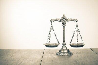 Fototapete Law skaliert auf dem Tisch. Symbol der Gerechtigkeit. Sepia-Foto