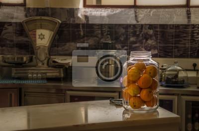 Leckere Orangen liegen in einem Glas in einer Küche