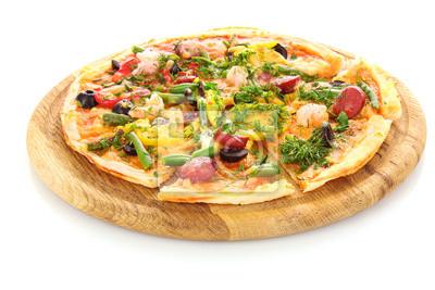 leckere Pizza mit Oliven, isoliert auf weiss