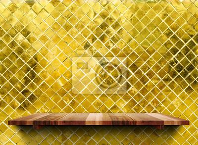 Leere Holzerne Regale Auf Glanzenden Mosaik Gold Fliesen Wand