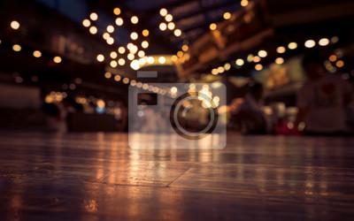 Fototapete Leere Holztisch auf Unschärfe Cafe-Restaurant in dunklem Hintergrund