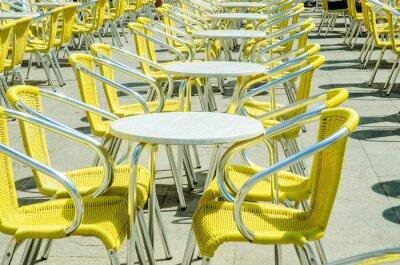 Fototapete Leere Tabellen von Straßencafé