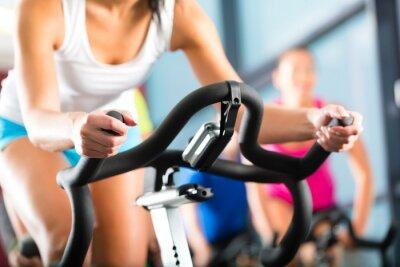 Fototapete Leute beim Spinning in Einem Fitnessstudio