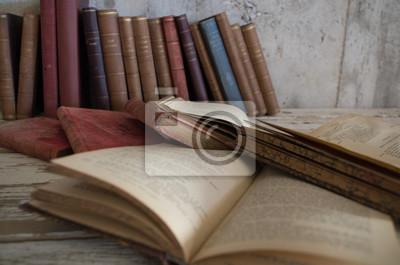 Libri antichi chiusi und aperti su tavolo legno und contro muro ...