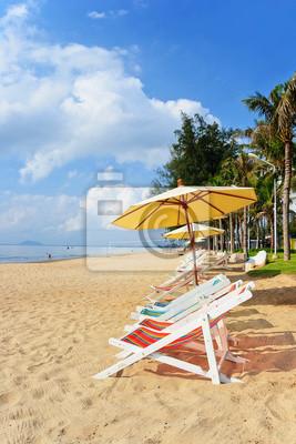 liegestuhl und bunten sonnenschirm am strand fototapete fototapeten chaise regenschirm. Black Bedroom Furniture Sets. Home Design Ideas