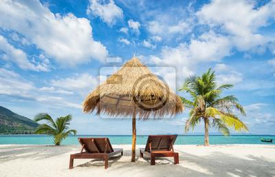 Liegestuhl mit sonnenschirm strand  Liegestühle, sonnenschirm und palmen am strand. thailand. insel ...