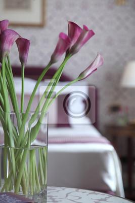 Fototapete Lila Calla Blumen In Einem Schlafzimmer