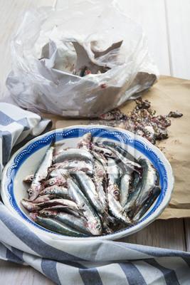 Limpiando pescado, sardinas frescas en la mesa de la cocina para ...
