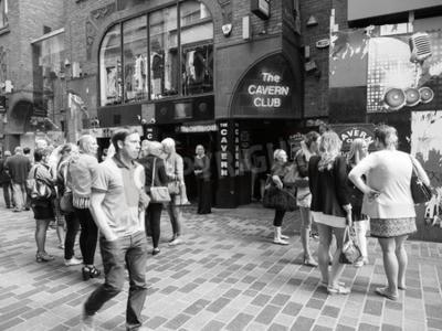 Fototapete LIVERPOOL, UK - CIRCA JUNI 2016: Der Cavern Club Nachtclub in 10 Mathew Street, wo die Beatles in schwarz und weiß spielten