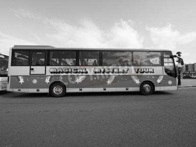 Fototapete LIVERPOOL, UK - CIRCA JUNI 2016: Die Beatles Magical Mystery Tour Bus in schwarz und weiß