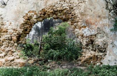 Fototapete Loch in der Wand des verlassenen Steingebäudes.