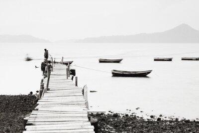Fototapete Lonely Pier entlang der Küste, Bild geringer Sättigung.