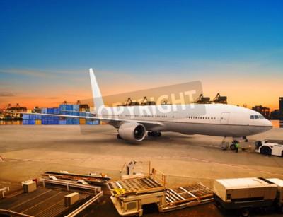 Fototapete Luftfracht und Frachtflugzeug Laden Handel Waren in Flughafen-Container Parkplatz für den Versand und Luftverkehr Logistik-Industrie