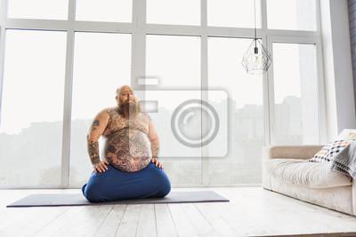 Retro Kühlschrank Yoga : Lustige dicke mann tun yoga zu hause fototapete u2022 fototapeten