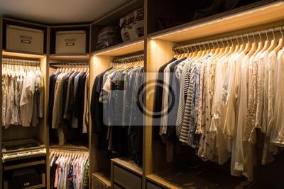 Great Fototapete Luxuriöser Begehbarer Kleiderschrank Mit Beleuchtung Und  Schmuckdisplay.