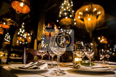 Fototapete Luxuriöses elegantes Gedeckabendessen in einem Restaurant