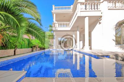 Fototapete Luxus Weißes Haus Mit Schwimmbad. Luxusvilla Im Klassischen Stil  Mit Säulen. Hinterhof Mit
