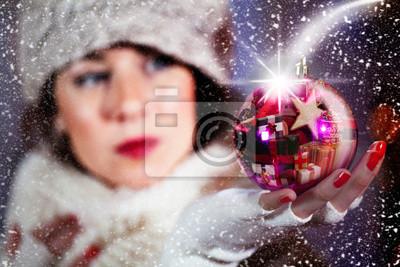 Mädchen, das einen Weihnachtsbaum Dekoration