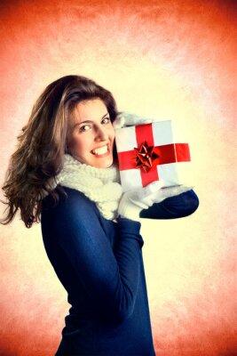 Mädchen in der Liebe zeigt ihr Geschenk