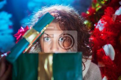 Mädchen mit weit geöffneten Augen Weihnachtsgeschenk