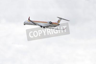 Fototapete MADRID, SPANIEN - 14. JUNI 2015: Flugzeug-Bombardier Canadair CRJ-1000-, von -Air Nostrum- Fluggesellschaft, nimmt vom Flughafen Madrid-Barajas-Adolfo Suarez- am 14. Juni 2015 ab.