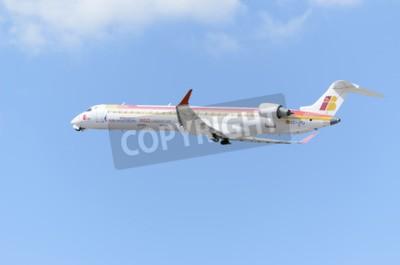 Fototapete MADRID, SPANIEN - 14. JUNI 2015: Flugzeug-Bombardier Canadair CRJ-900-, von -Air Nostrum- Fluglinie, nimmt vom Flughafen Madrid-Barajas-Adolfo Suarez- am 14. Juni 2015 ab.