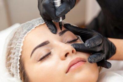 Fototapete Makijaż permanentny brwi - zabieg w salonie piękności