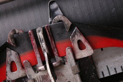 Makro Nahaufnahme von einer Schreibmaschinentaste fällt das Farbband