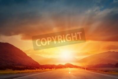 Fototapete Malerische Landschaft und Sonnenaufgang über der Straße
