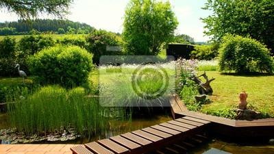 Malerischer Naturbelassener Garten Mit Teich Einer Roten Terrasse