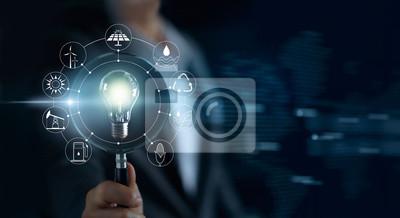 Fototapete Man hält Lupe und Glühbirne, Suche global zeigen den Verbrauch der Welt mit Icons Energiequellen Ökologie-Konzept
