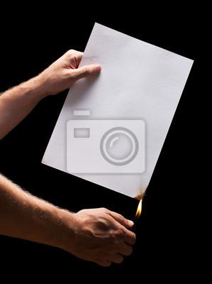 Man Hand leichter und weißen Papier verbrannt