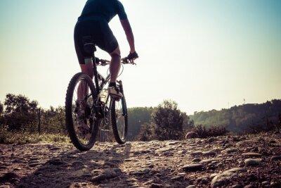 Fototapete Man Reiten auf einer schmutzigen Straße auf dem Mountainbike