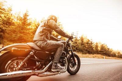 Fototapete Man Sitz auf dem Motorrad auf der Forststraße.