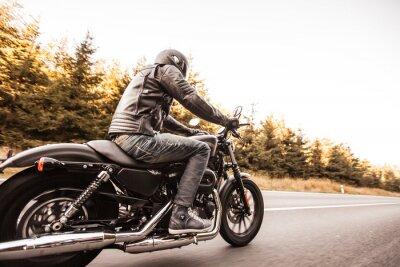 Fototapete Man Sitz auf dem Motorrad auf der Straße im Wald.