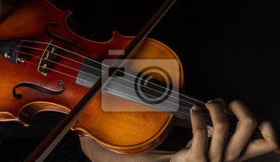 Man spielt Geige mit dem Bogen