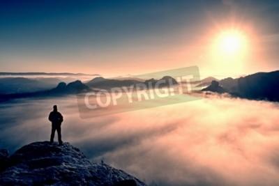 Fototapete Man steht auf dem Gipfel des Sandsteinfelsen im Nationalpark Sachsen-Schweiz und beobachtete Sonne. Schöner Moment das Wunder der Natur