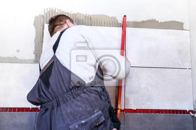 Man Tiling Badezimmer Mitarbeiter Legen Keramische Fliesen - Fliesen legen auf rigips