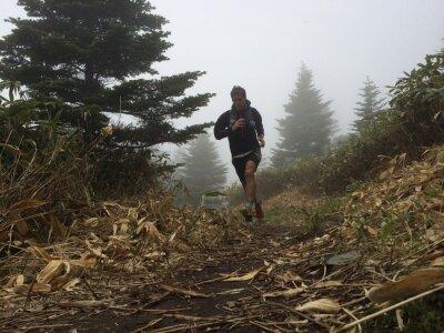 Fototapete Mann auf hohen Berg Trail Running