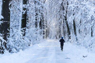 Fototapete Mann in den Wald laufen im Winter